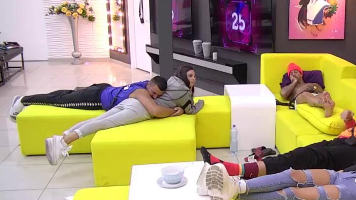 NE ZNA NA KOJU ĆE STRANU! Nakon što se poljubio sa Minom, Tomović zavrišio u Mioninom zagrljaju! (VIDEO)