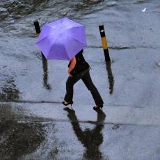 NEBO SE SPUSTILO NA BEOGRAD! RHMZ najavio pljuskove, evo gde će padati kiša!