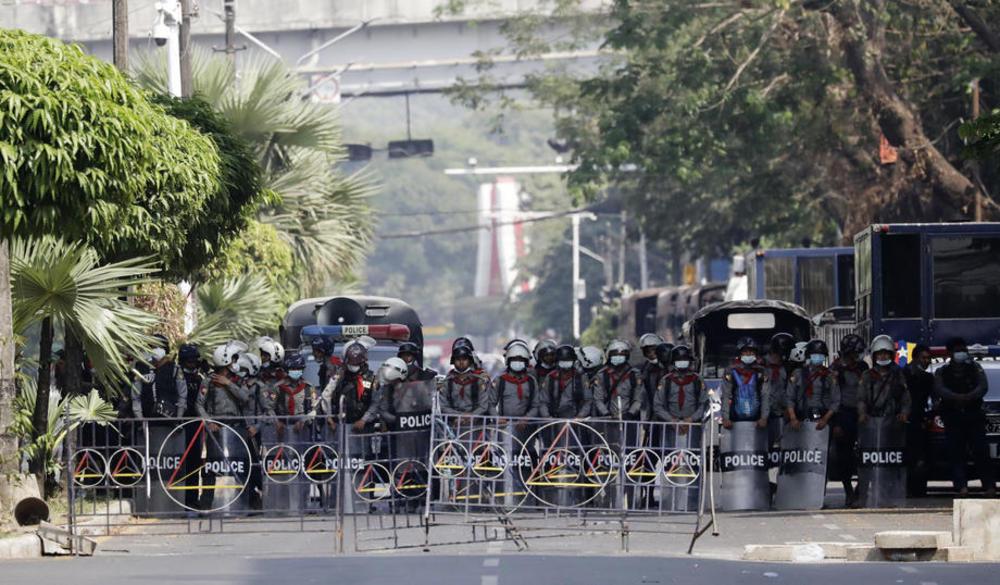 NEMA MIRA U MJANMARU: Policija ispalila gumene metke na demonstrante, jedna žena stradala (FOTO)