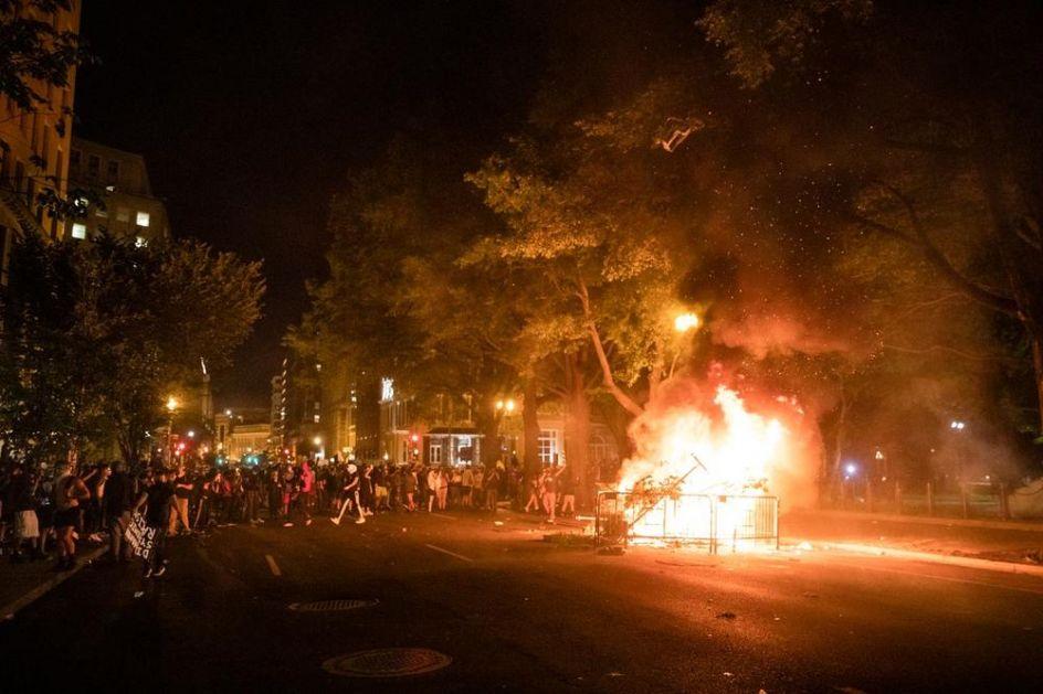 NEMIRI U BLIZINI BELE KUĆE Demonstranti palili vatru i poručili: Bez pravde, bez mira - ne želimo rasističku policiju
