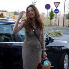 NEOBIČNO IZDANJE Katarine Radivojević: Na bitnom događaju u papučama sa prenatrpanim cegerom? SVI KOMENTARIŠU
