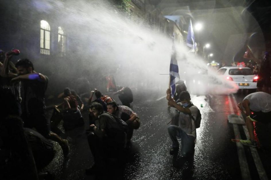 NEREDI ISPRED NETANIJAHUOVE REZIDENCIJE: Policija ispalila vodene topove na demonstrante koji traže njegovu ostavku