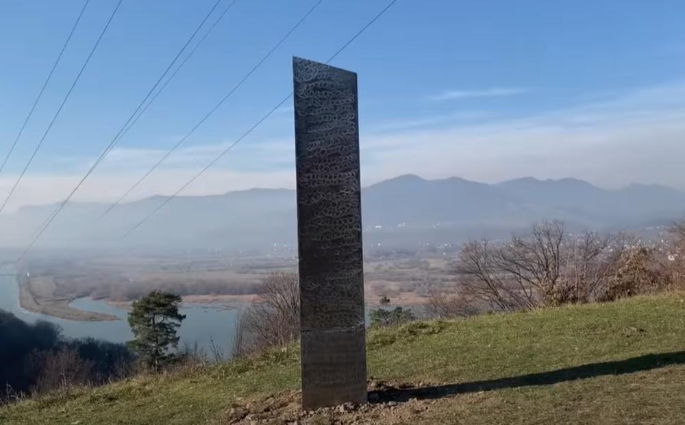NEŠTO SE ČUDNO DEŠAVA U SVETU! Misteriozni monolit se prvo pojavio usred pustinje u Americi, pa nestao, sad primećen u Rumuniji!