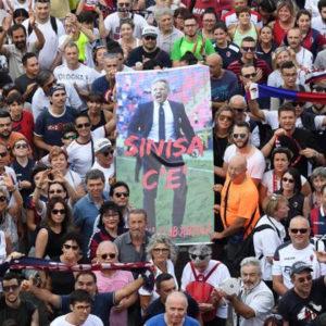 NESTVARNE SCENE U ITALIJI! Sinišina supruga i hiljade ljudi na ulicama, svi sa jednom željom: DA MIHAJLOVIĆ OZDRAVI! /FOTO/