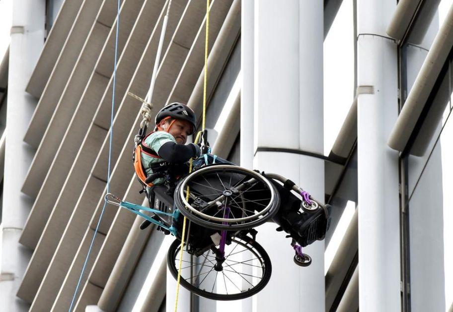 NEVEROVATAN PODVIG: Lai uspeo u INVALIDSKIM KOLICIMA da se popne na 250 metara visoki soliter i tako skupo novac za bolesne FOTO