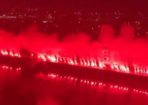 NEVEROVATAN PRIZOR IZ GLAZGOVA: Grad u plamenu, navijači Rendžersa slave titulu! (VIDEO)