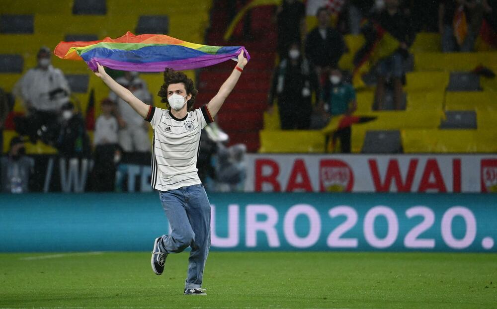 NEVIĐEN INCIDENT U MINHENU! Navijač sa LGBT zastavom upao na teren, provocirao Mađare tokom intoniranja himne! VIDEO