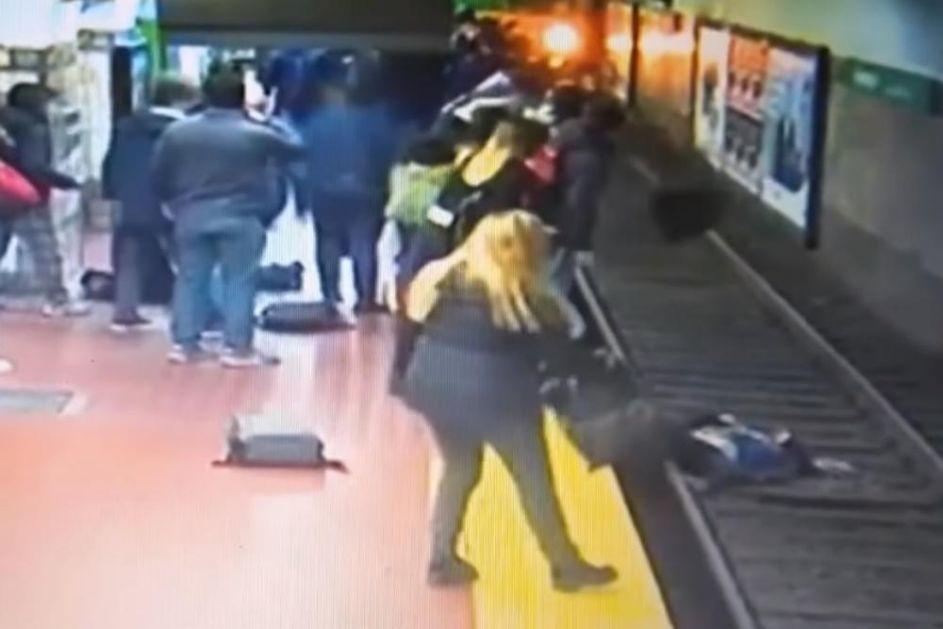 NEVIĐENA DRAMA U METROU! MUŠKARAC SE ONESVESTIO I PAO NA ŽENU: Ona odletela pravo na šine, a voz je jurio ka stanici! Nastala je panika! (VIDEO)