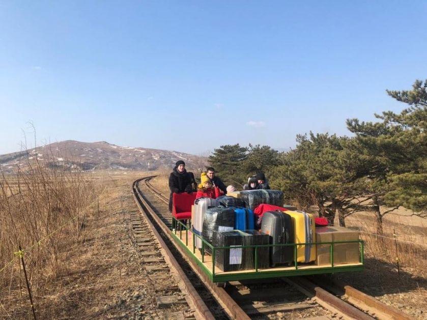 NEVIĐENO PUTOVANJE RUSKIH DIPLOMATA: Kim zatvorio granice, Severnu Koreju napustili gurajići železnička kolica! (FOTO, VIDEO)