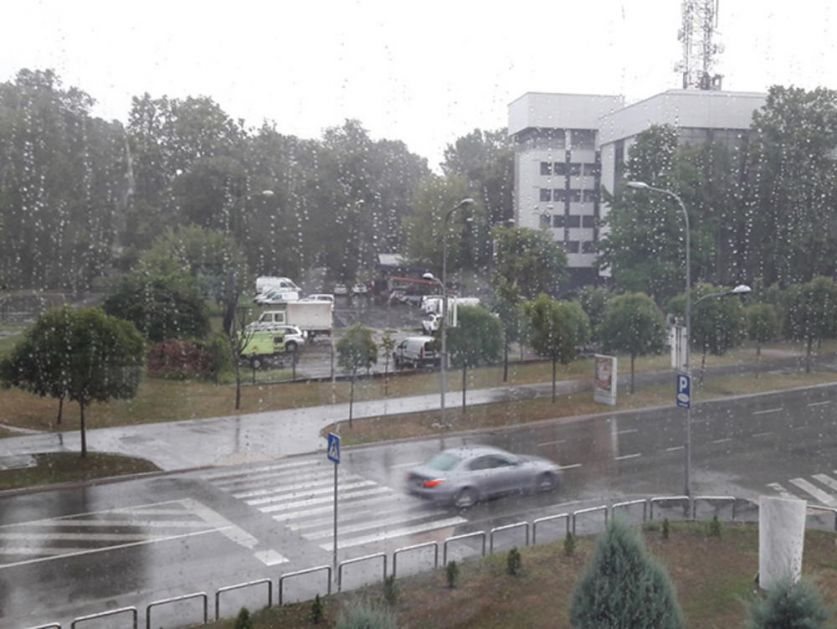 NEVREME I U SPRSKOJ: Banjaluku pogodio grad, grom udario u čvorište između dalekovoda, nestalo struje