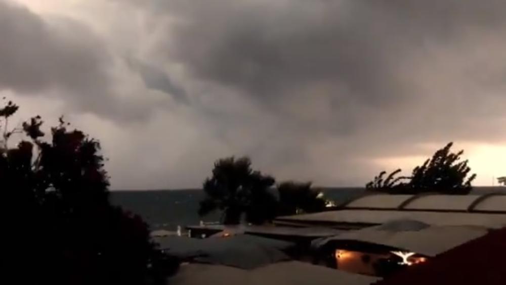 NEVREME RUŠILO STABLA NA KRFU: Munje cepaju nebo, meštani tražili pomoć vatrogasaca (VIDEO)