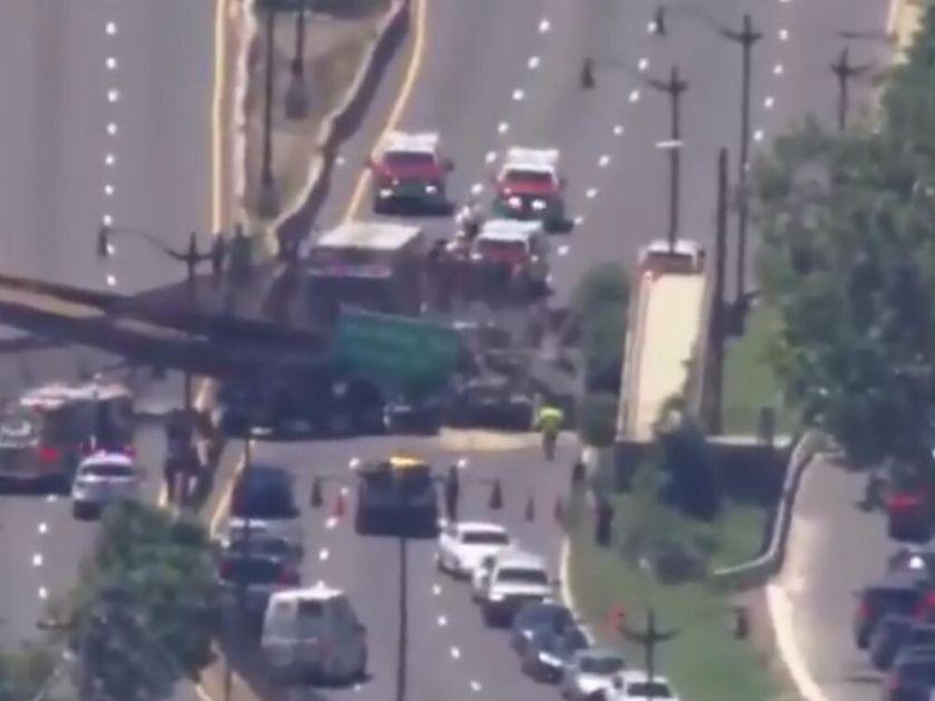 NEZGODA U VAŠINGTONU Srušio se pešački most, kamion ispod ostao zaglavljen, ima povređenih VIDEO