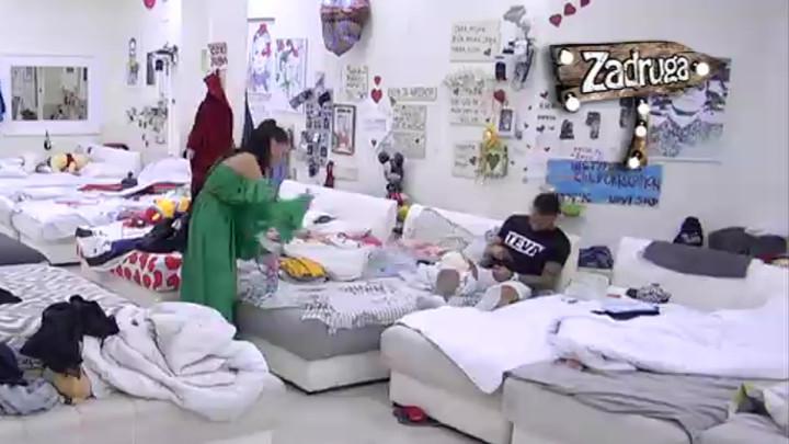 NIJE BIRALA REČI: Ana izrevoltirana raspravom sa Miljanom i Marijom uletela u spavaću sobu, pa ih nazvala BOLESNICAMA! (VIDEO)