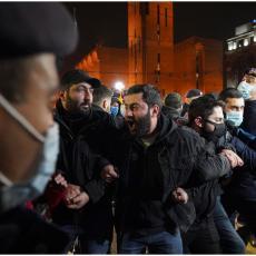 NIKOL-IZDAJNIK ODZVANJA JEREVANOM: Jermeni pokrenuli neviđene proteste, policija počela da hapsi (VIDEO)