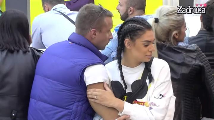 NISU BILI ISKRENI? Nakon što su priznali da su samo PRIJATELJI, Nikola i Mina se mazili i ljubili po vratu! (VIDEO)