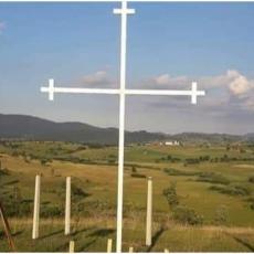 NOVA PROVOKACIJA U TUTINU: Prvo stavili albansku zastavu, a onda polomili i odneli krst posvećen stradaloj braći