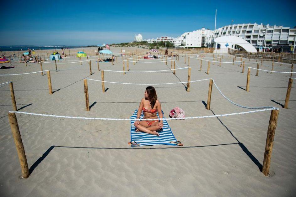 NOVA REALNOST NA PLAŽAMA DA LI NAS OVO ČEKA NA LETOVANJU Ogradili su ljude KAO OVCE, cela plaža PREMREŽENA BARIKADAMA