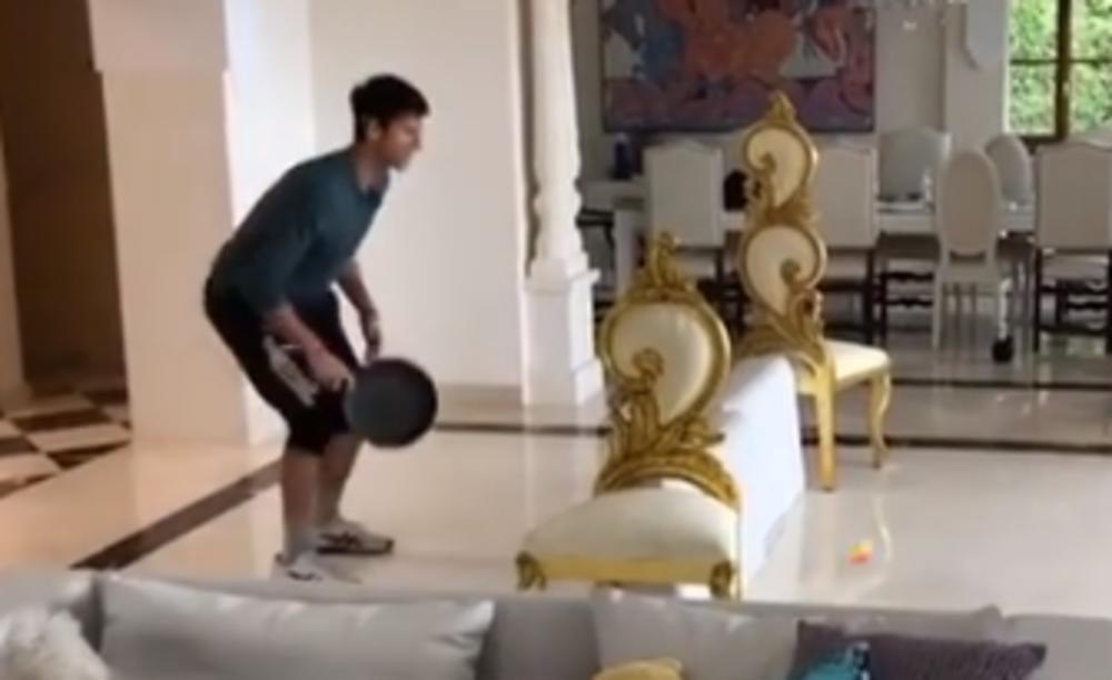 NOVAK SE LUDO ZABAVLJA: Reket je zamenio tiganjem i igra je mogla da krene (VIDEO)