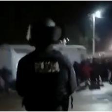 NOVI DETALJI NEREDA U BLAŽUJU: Oštećeno je više policijskih vozila, masovna tuča u migrantskom kampu! (VIDEO)