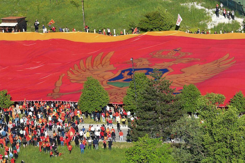 NOVI MALER ZADESIO CRNU GORU: Najveća crnogorska zastava ukradena?!