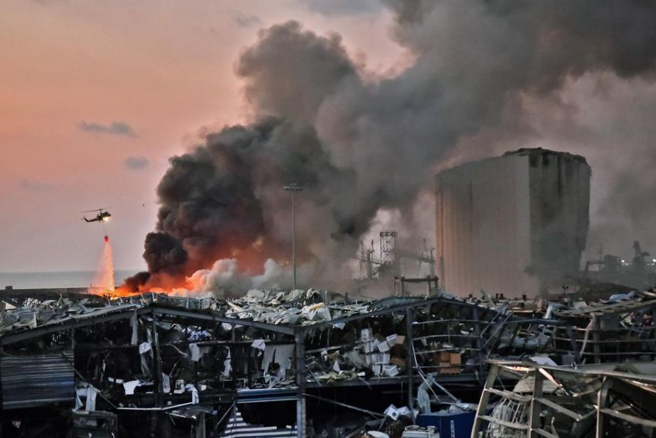 NOVI SNIMAK KATASTROFE U BEJRUTU: Građani gledali u veliki oblak dima, a onda je usledila još jača eksplozija (VIDEO)