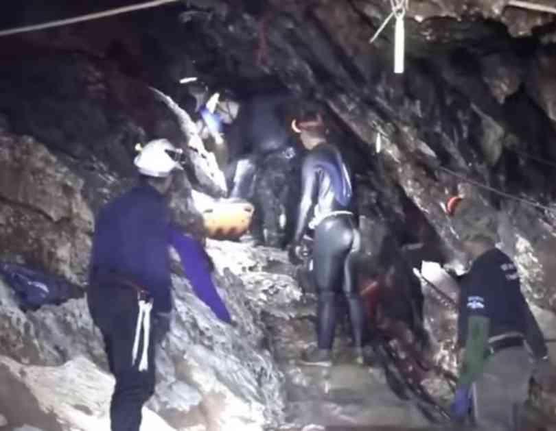 NOVI SNIMCI POKAZUJU SVE UŽASE LAVIRINTA NA TAJLANDU: Pogledajte kako su spasioci dečake u polusvesnom stanju iznosili kroz pećinu punu tunela (VIDEO)