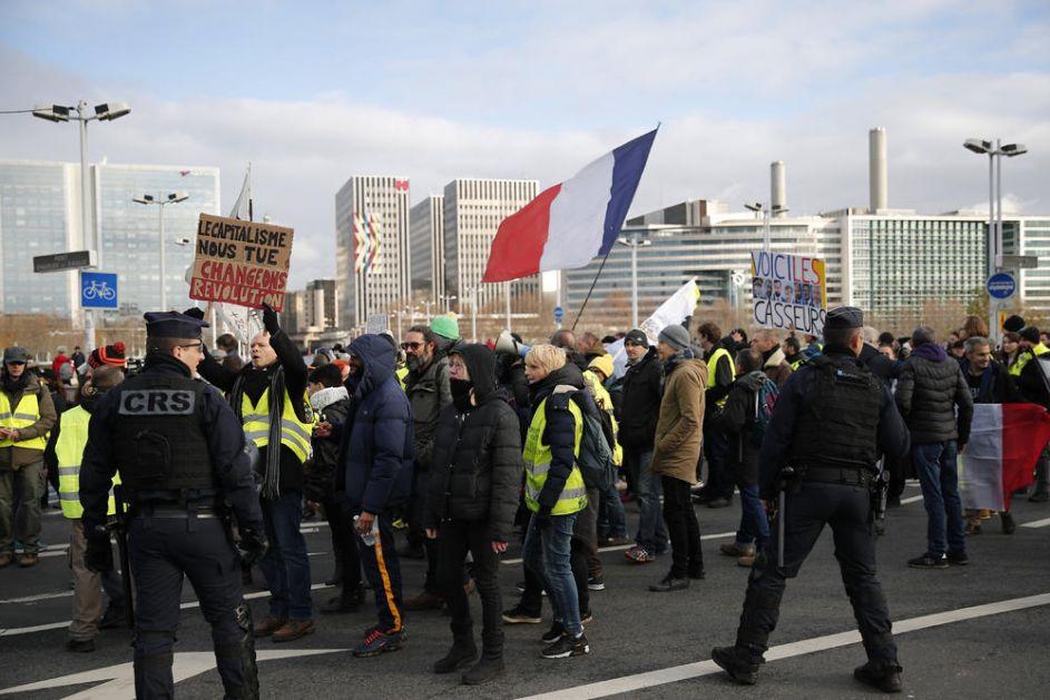 NOVI SUKOBI U PARIZU: Demonstratnima protiv reforme penzija se pridružili Žuti prsluci, odmah izbio sukob sa policijom!
