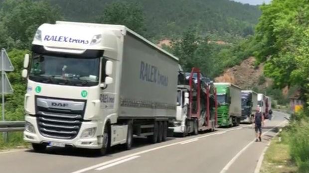 Konfuzija na Jarinju, stotinak kamiona parkirano uz prelaz