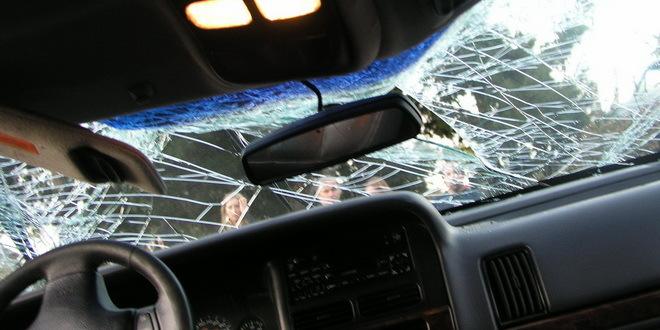 Na Kamenjaru auto sleteo sa puta i zapalio se, tri osobe povređene