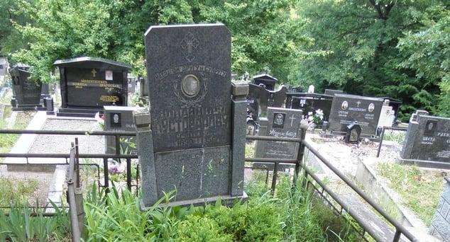 Na grobljima u Grabovcu kod Zvečana i Sredskoj kod Prizrena Srbi održavaju i čuvaju spomenike ruskom lekaru i ruskom učitelju