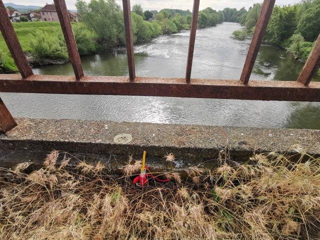 Na mostu u Čačku osvanula izgorela sveća umotona u crven konac FOTO