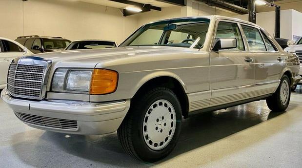 Na prodaju savršeno očuvani Mercedes S Klase iz 1985. godine sa samo 4.700 km