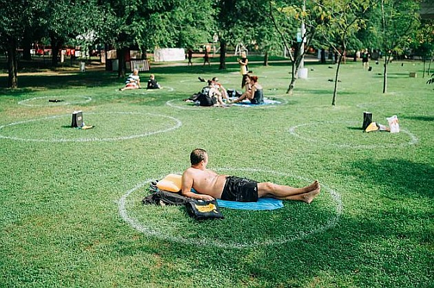 Na travi na Štrandu iscrtani beli krugovi za održavanje distance