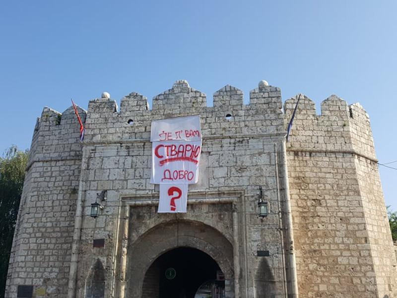 Nakon znaka pitanja, na niškoj Tvrđavi se pojavilo i konkretno pitanje [foto]