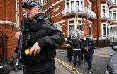 Naoružani policajci pred ambasadom Ekvadora, hapse Asanža?