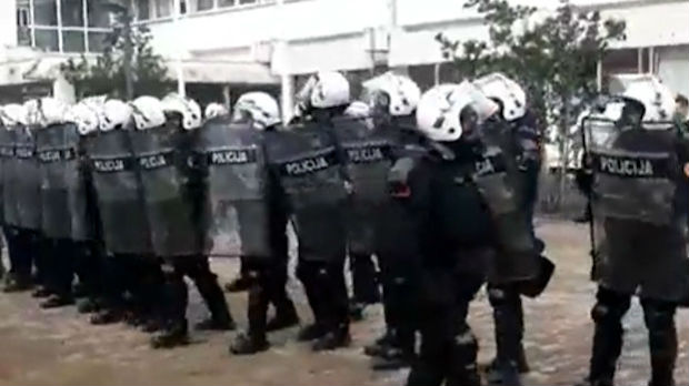 Napeto u Budvi – privođenje smenjenih čelnika opštine, protest građana