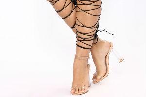 Napravljene pantalone na pertlanje u kojima se SVE VIDI! Ko želi i ko može ovo da nosi?