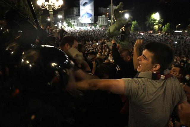 Nasilje u Beogradu, sukobi s policijom i krvave glave završili i u svetskim medijima