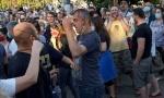 Nasilni demonstranti napali Sergeja Trifunovića i razbili mu glavu (FOTO)