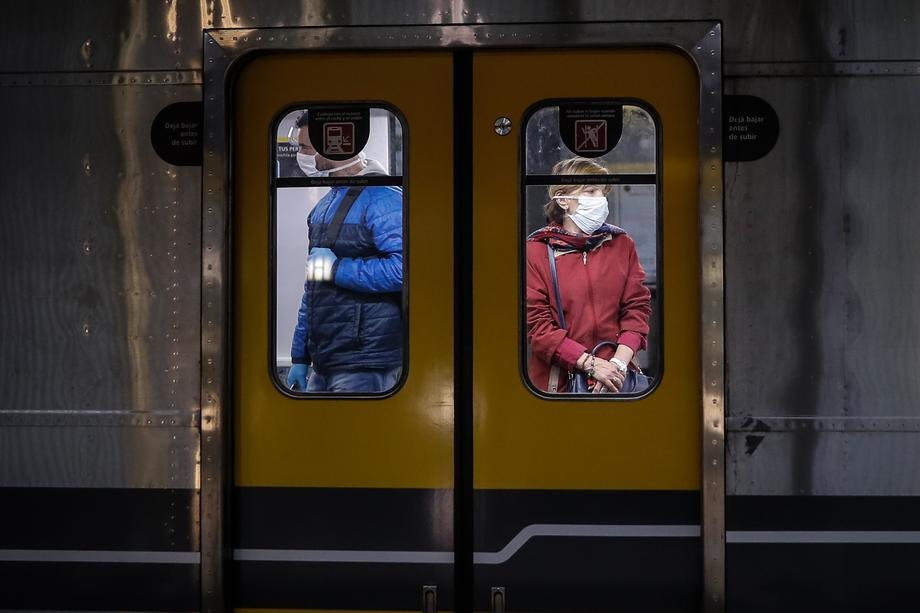 Naučnici predlažu ćutanje u metroima zbog širenja korone