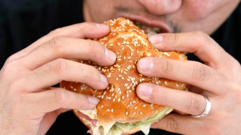 Ne, Bajden ne pokušava Amerikancima da uskrati hamburgere