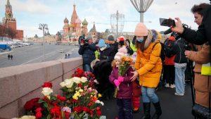 Nekoliko stotina ljudi na obeležavanju godišnjice ubistva ruskog opoziconara Njemcova (FOTO)