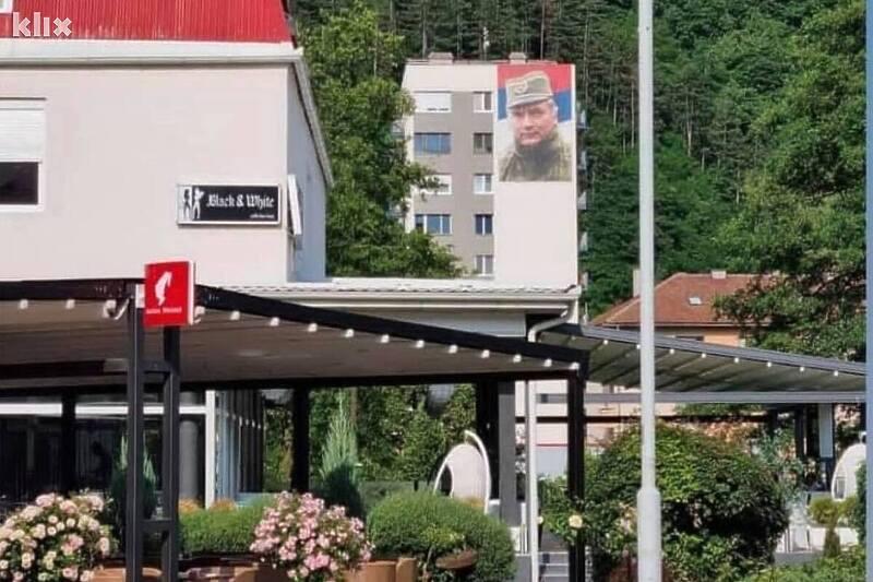 Nema kraja provokacijama iz Foče: Ogromna fotografija Ratka Mladića osvanula na zgradi