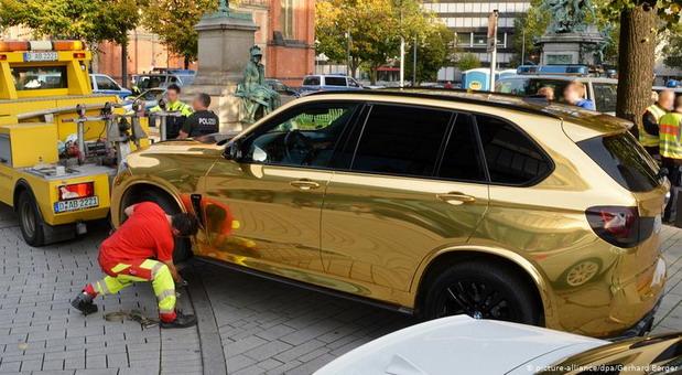 Nemačka policija sklonila zlatni džip sa ulica jer mnogo šljašti