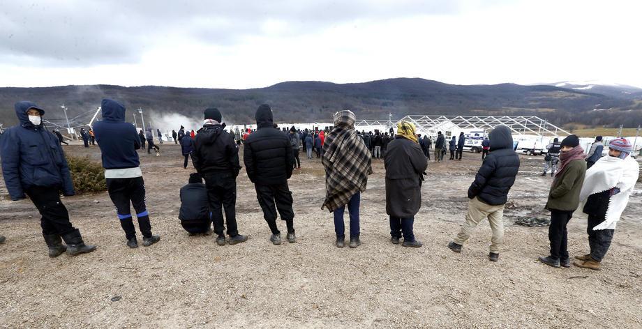 Nemiri u izbegličkom kampu u Blažuju, povređena dva policajca