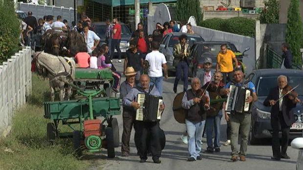 Neobičan muzički par romskom muzikom osvaja svet
