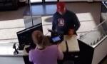Nespretni pljačkaš ostao bez pištolja, a umalo i - pantalona (VIDEO)