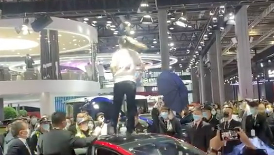 Nezadovoljna žena u znak protesta skočila na krov Teslinog Modela 3 na Autoshowu u Šangaju