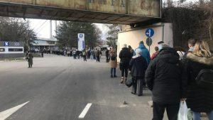 Nezakazani čekaju na Beogradskom sajmu po tri sata u redu za vakcinu (VIDEO)