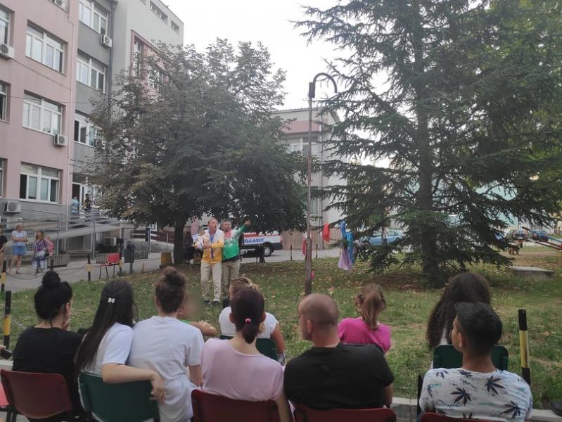 Nišvil humanost - predstava, ples i pesma ispred Dečje klinike u Nišu za najmlađe pacijente